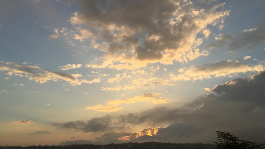 Coucher Du Soleil Avec Un Gros Cumulonimbus.